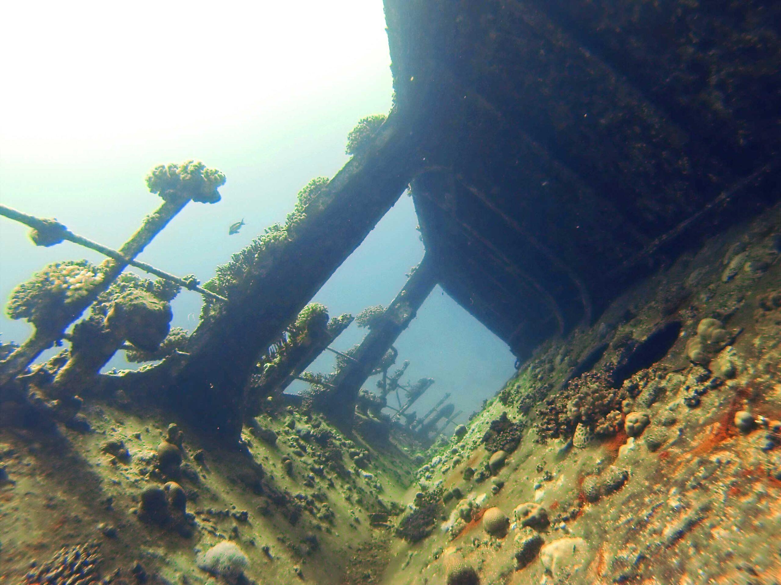 wrak statku pod woda