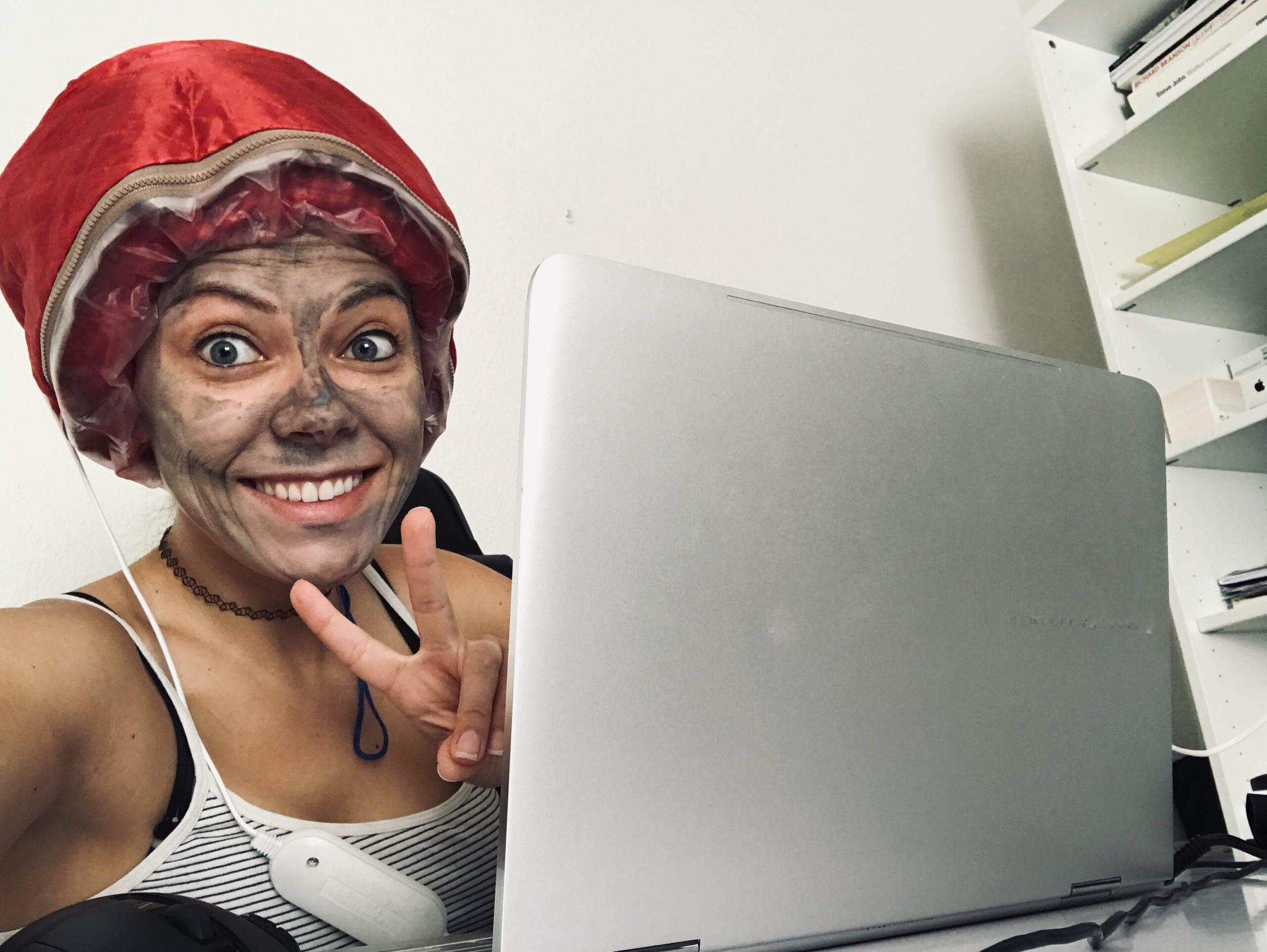 Pracujac z maseczka na twarzy