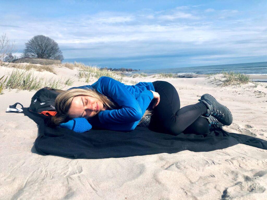 Drzemka na plaży w Szwecji