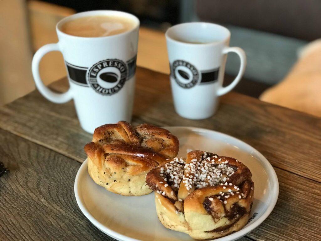 Szwedzkie, cynamonowe bułeczki i kawa