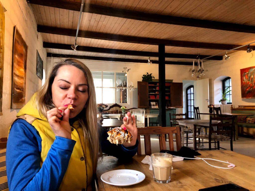 cynamonowe bułeczki w kawiarni