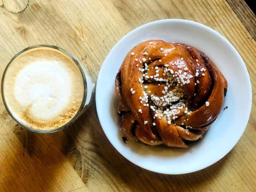 szwedzka bułeczka cynamonowa i kawa